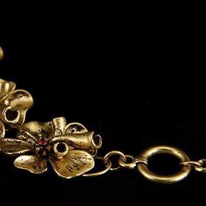 Необычный браслет золотистого цвета
